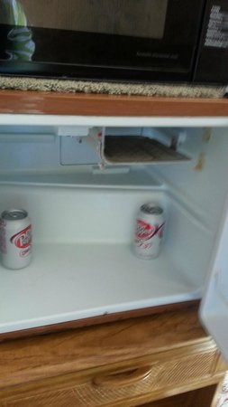 Bay Motel: antiquated fridge with rust