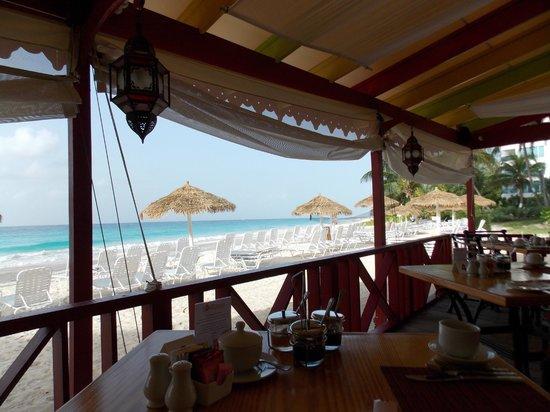 Bougainvillea Barbados: Vista agradável da praia quando estamos no restaurante