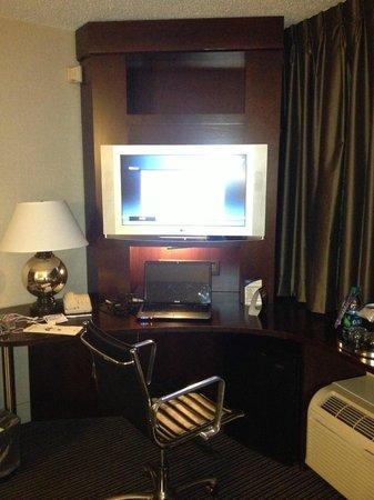 Crowne Plaza Hotel: Flat Screen TV