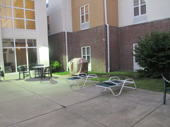 Hampton Inn & Suites Providence-Warwick-Airport: Courtyard with barbecue grill