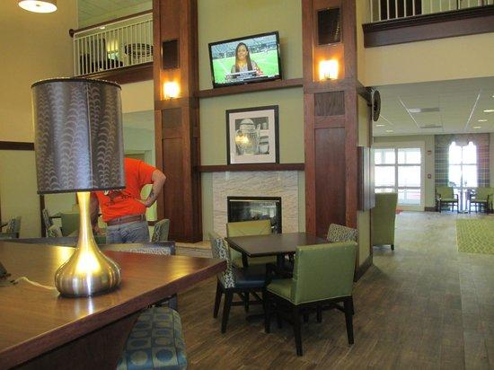 Hampton Inn & Suites Providence-Warwick-Airport : Flatscreen TVs going all day!