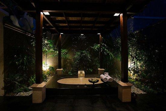The Ulin Villas & Spa: Outdoor sunken Bath