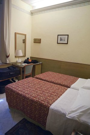 Hotel Casci: Beds, desk with fridge and safe in room 11.