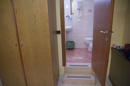 Hotel Casci: Entry from the room into the bathroom.
