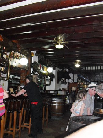 Antigua Bodega Castaneda : Inside the bar