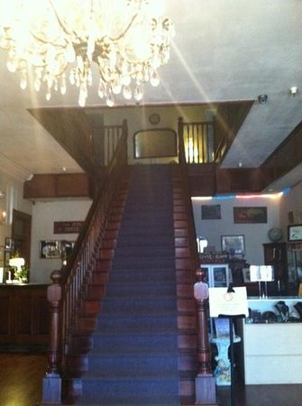 Ione Hotel: beautiful stairway to rooms