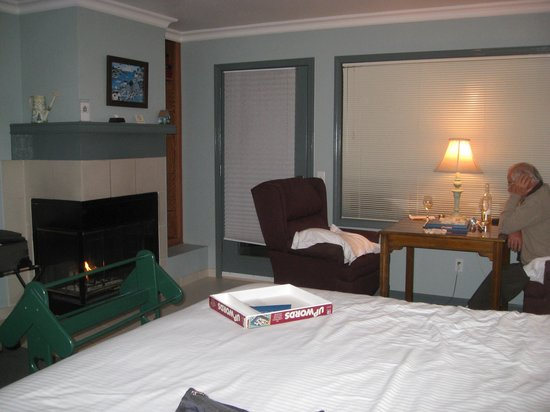 Breakers Inn : Cozy in the Evening