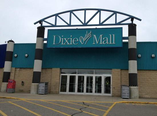 Mississauga, Canadá: Dixie Outlet Mall Entrance