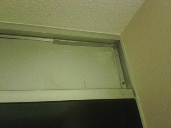 DFW Airport Hotel & Conference Center: Front door duct table