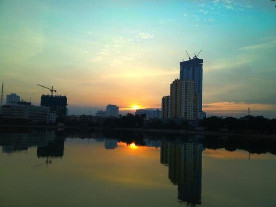 Hanoi Hotel : sunset view on small lake