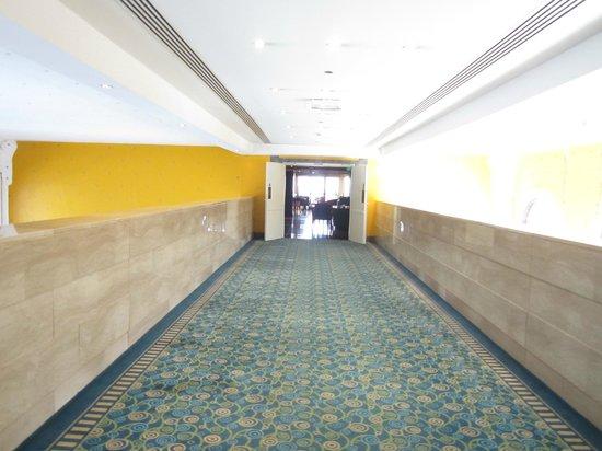Le Meridien Abu Dhabi : couloir