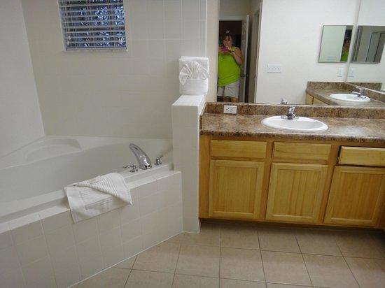 Caribe Cove Resort Orlando: Master bath