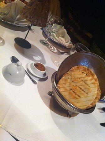La Rosa del Desierto: أفضل مافي المطعم هذا الخبز للأمانه ويجي طازه من الفرن