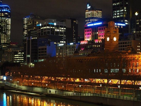 The Swanston Hotel, Grand Mercure : Yarra River at night- short walk from hotel