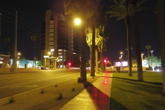 Hilton Phoenix Suites: ホテル入口に面した夜の景色