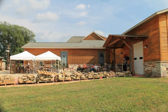 Burr Oak Winery: A second view from the other end of the patio, shows where the music was being played.