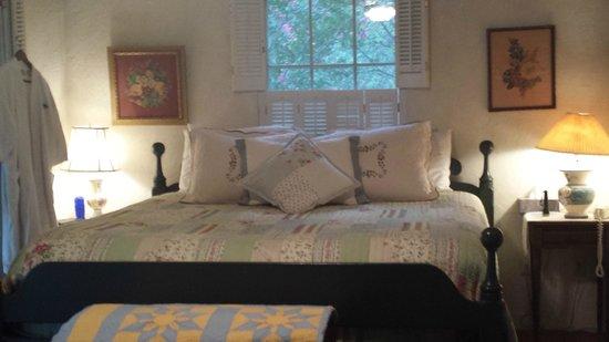 Palo Alto Creek Farm: King size bed