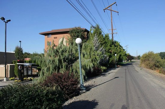 Oxford Inn Yakima : Hotel from the walking trail; Yakima River on the right side