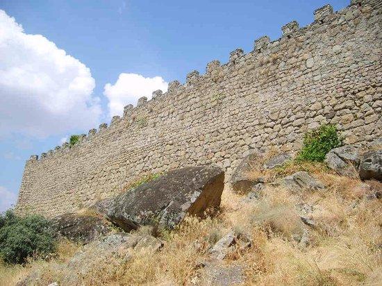 La muralla de Brejar: Muralla que da al abismo