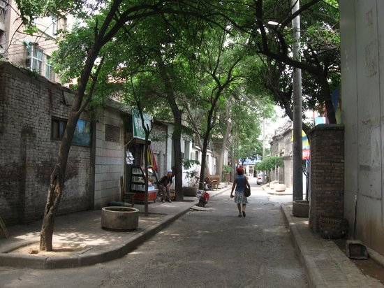 Chenggong International Hotel : small street oposite Ibis