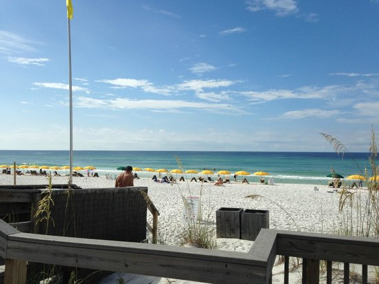 Beachside Towers at Sandestin: Beach right outside hotel