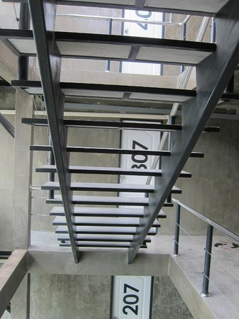 Chilli Bangkok Hotel: 旅館內沒有電梯,要走樓梯。晚間走樓梯時要輕聲點,不然會被兇兇的住客罵。 (是的,我被罵了)