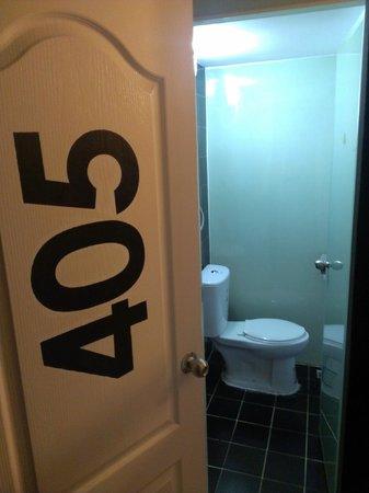 Chilli Bangkok Hotel: 打開放門,就是廁所和浴室