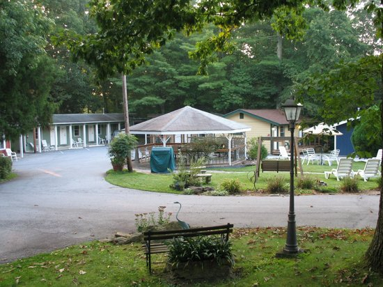 CedarWood Inn: gazebo