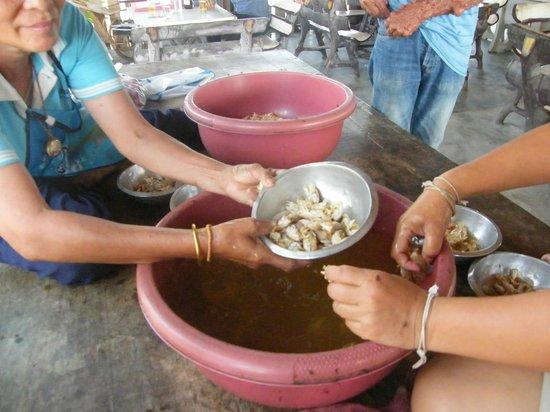 Jakkajan Seafood: Preparing sea cicadas