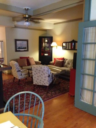 Captain Stannard House Bed and Breakfast Country Inn: Quite reading room