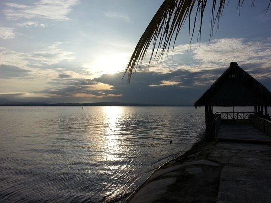 Amatique Bay Resort & Marina: puesta del sol or sunset