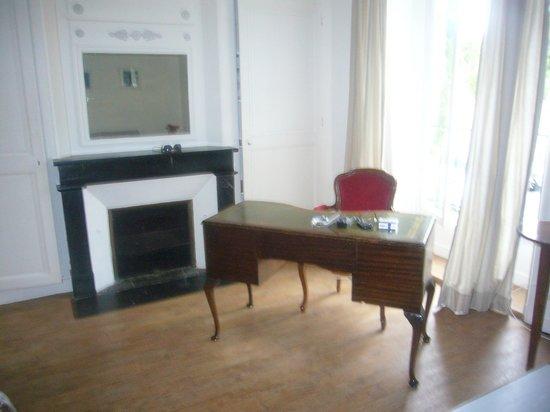 Hôtel François 1er Urban Style : Petit bureau dans la chambre