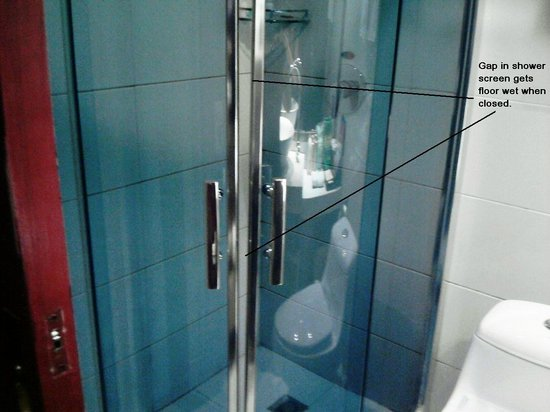 Jiasiboer Hotel: Shower screen that wet the floor following a shower.