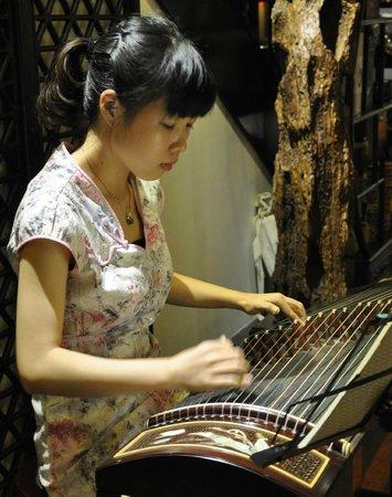 Guilinyi Royal Palace: Guzhengspiel im Teehaus