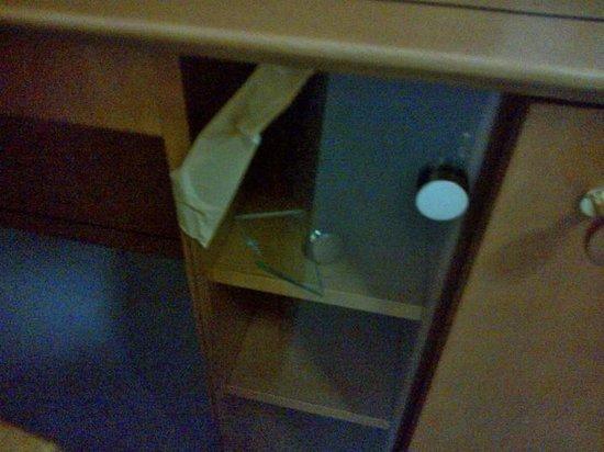 Willy Hotel Frankfurt: Broken glass in TV furniture