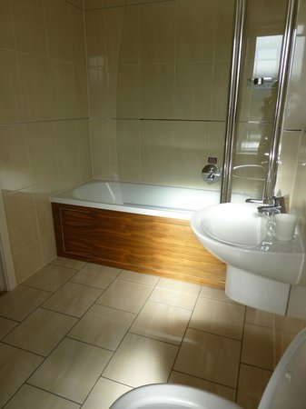 Nevis Bank Inn: Large modern bathroom