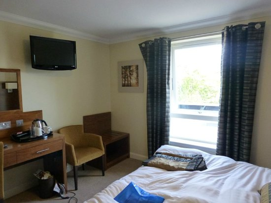 Nevis Bank Inn: Fairly spacious modern room