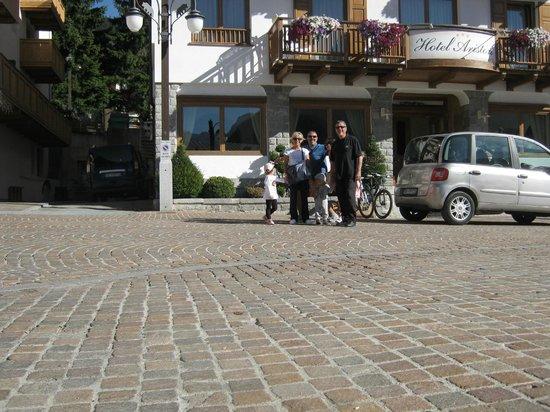 Hotel Ariston : Davanti all'albergo (con la mia famiglia)