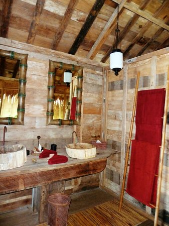 Ratua Private Island: Bathroom in Porcelain