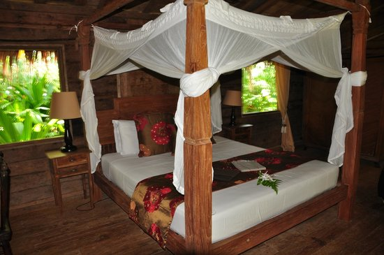 Ratua Private Island: King bed in 'Porcelain'