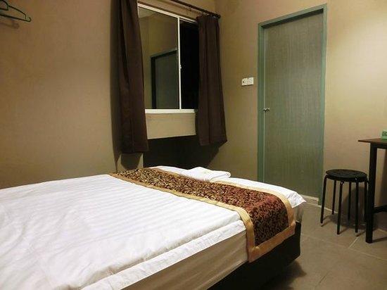 T Hotel : queen bed room with window