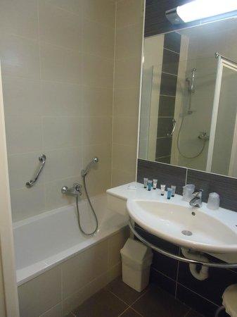 Hotel Europe : baignoire et lavabo