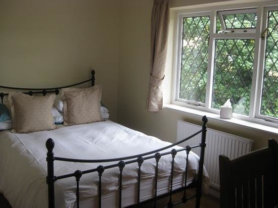 The Oaks Guest House: Lovely, comfortable bed.