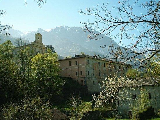 Chiusa di Pesio, Italy: La Certosa - Vista dalla strada