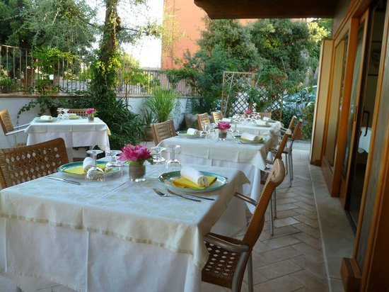 Hotel Plammas: Beautifully set tables on the dining terrace at dinner time