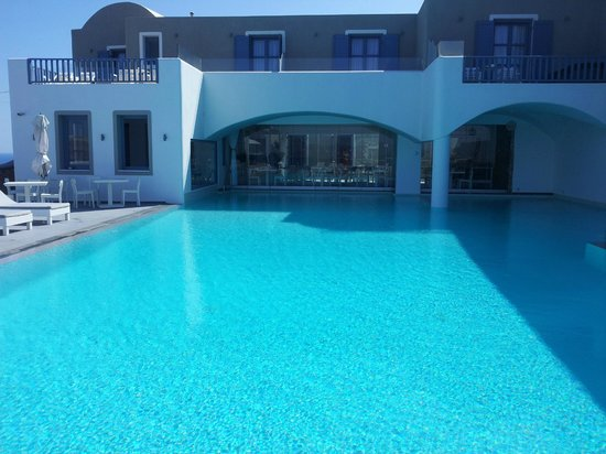 Acroterra Rosa Luxury Suites: Pool With Restaurant Area