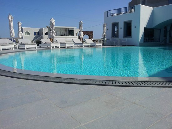 Acroterra Rosa Luxury Suites: Sunbeds