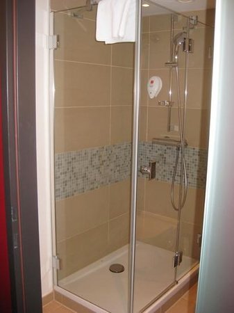 Leonardo Hotel Vienna: Small, but perfectly functional shower.