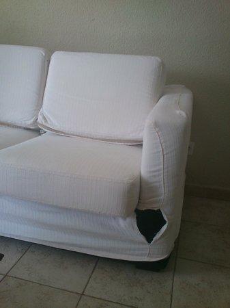 Apartamentos Guacimeta Lanzarote: funda sofá roto