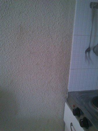 Apartamentos Guacimeta Lanzarote: cocina necesita mano de pintura (grasa en la pared